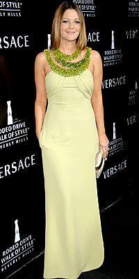 Drew Barrymore  Her kadın misket limonu renginde bir elbise giyemez. Fakat Drew Barrymore'un yumuşak cilt rengi bu parlak tonu çok iyi taşımış. Boynundaki canlı renkteki detaylar ise kıyafetini tamamlamış.